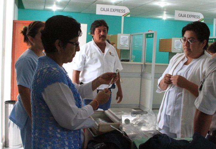 Médicos exhortan a la población a inmunizarse, ya que con los cambios de temperatura se incrementa el riesgo de enfermarse. (Eddy Bonilla/SIPSE)