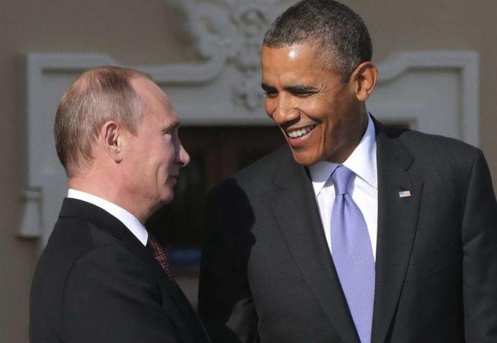 Fotografía tomada el pasado 12 de septiembre en la que se registró al presidente ruso, Vladimir Putin,  al saludar a su homólogo estadounidense Barack Obama. (Archivo/EFE)