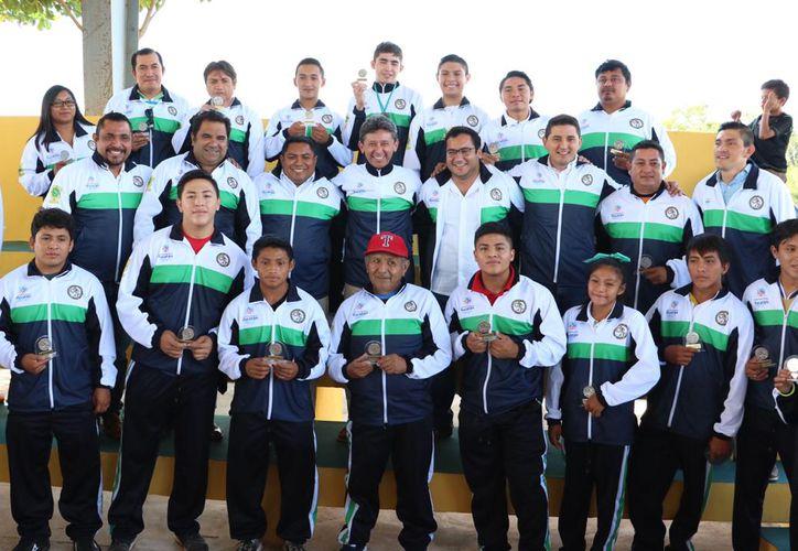 Además de la entrega del Premio Municipal, se develaron las placas de los atletas de Oxkutzcab, Wendy Beltrán y Carlos Burgos Medina, futbolista y entrenador de beisbol. (Foto cortesía)