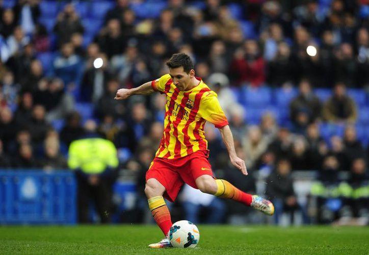 Messi anota de penal el gol que dio tres puntos 'de oro' al Barcelona en su lucha por refrendar el título de liga (Agencias).