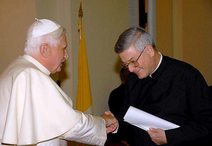 Ghirlanda, que aquí aparece con el Papa Benedicto XVI, formó parte del primer proceso de restauración de la congregación. (skepticism.org)