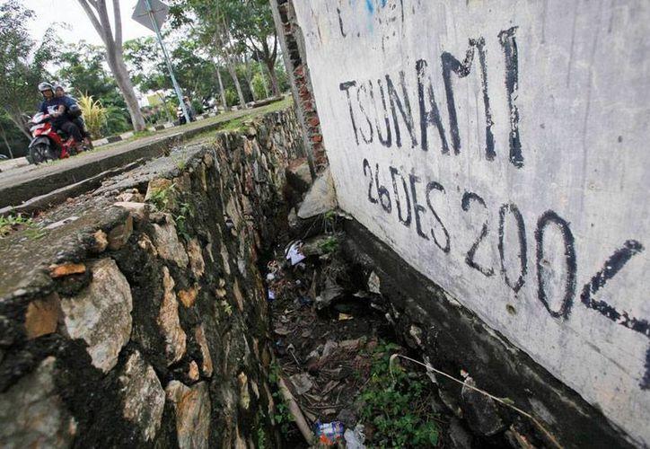 Japón cree que una barrera artificial -un muro con altura de un edificio de 5 pisos- será suficiente para frenar un tsunami devastador como el de 2011. La imagen es de 'recuerdo' del que azotó Indonesia en 2004, y está utilizada únicamente como contexto. (AP/Archivo)