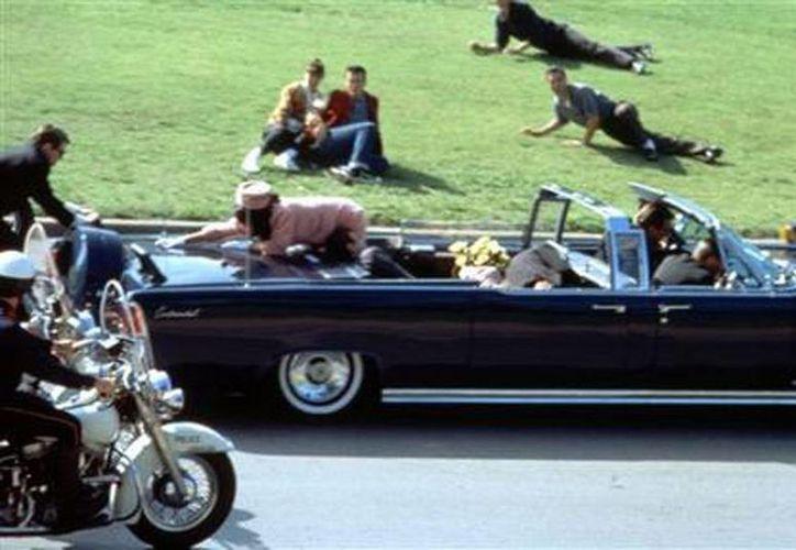 """Una escena de la película """"JFK"""" de Oliver Stone en que actores simulan el momento exacto del asesinato de John F. Kennedy. (Agencias)"""