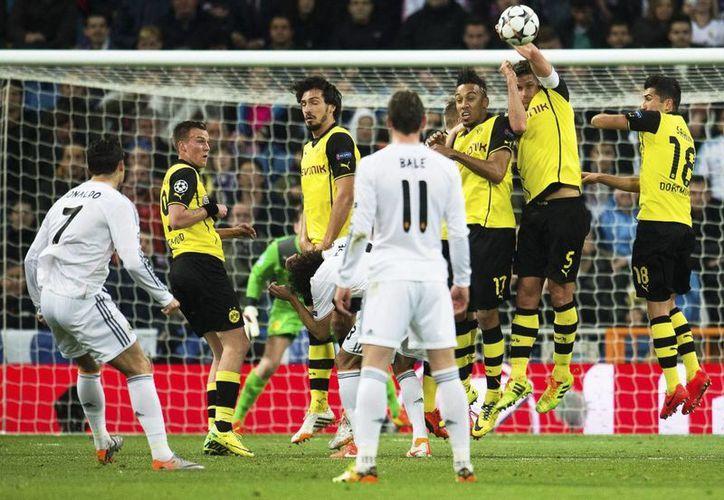 Cristiano (i) llegó a 14 goles en esta Champions, pero sufrió una lesión. (EFE)