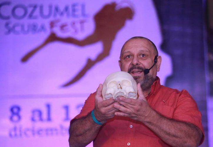 Guillermo Gerardo de Anda Alanís presentó la réplica de un cráneo de más de mil años de antigüedad. (Luis Soto/SIPSE)