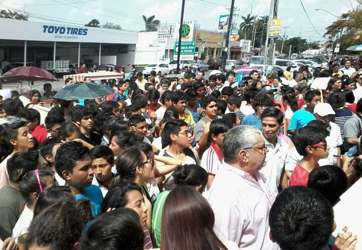 Algunos estudiantes junto con sus padres esperaron hasta tres horas para realizar su trámite en las prepas 1 y 2. (Milenio Novedades)