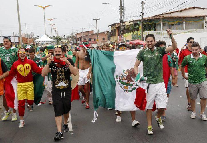 Los seguidores mexicanos cantaron 'a todo pulmón' con amor a a la selección .(EFE)