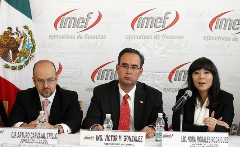 Víctor Manuel González Olivares, presidente Nacional de IMEF (centro), dijo que la aprobación del paquete fiscal es 'lamentable'. (Notimex)