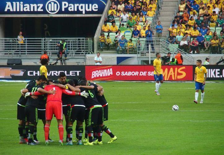 El Tri, que el año pasado el sacó el empate a Brasil en su casa en el Mundial, esta vez cayó 2-0 en un partido amistoso. (Notimex)