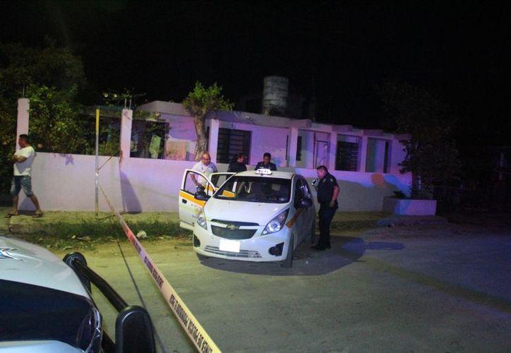 Cerca del lugar de los hechos, estaba un Nissan Tsuru en el que escaparon los ladrones. (Redacción/SIPSE)