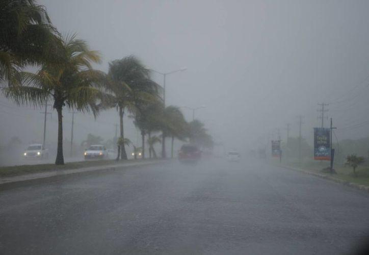 Ayer se registró una llovizna en Cancún. (Israel Leal/SIPSE)
