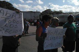 Transportistas protestan por aumento a la gasolina, en Mérida