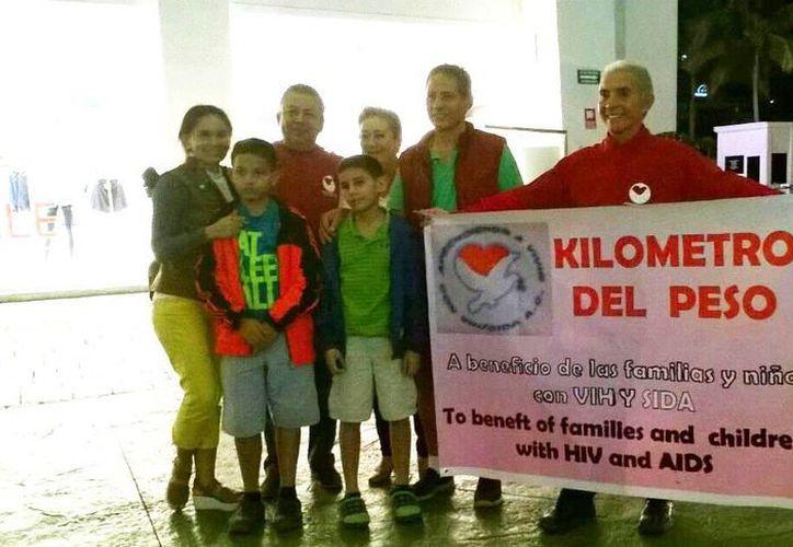 Los integrantes del organismo civil y voluntarios han visitado plazas comerciales. (Jesús Tijerina/SIPSE)