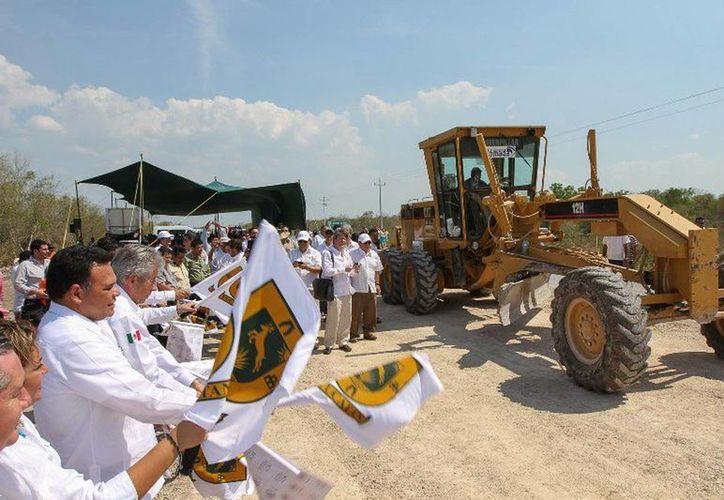 El gobernador Rolando Zapata y Gerardo Ruiz Esparza, titular de la SCT, pusieron en marcha los trabajos de modernización de la carretera Conkal - Chicxulub Puerto. (Cortesía)