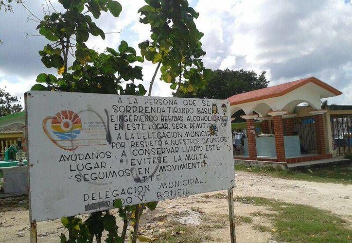 Wilfredo Torres García, encargado de Obras Públicas, asegura que a pesar de las advertencias continúan dejando basura durante las noches. (Archivo/SIPSE)