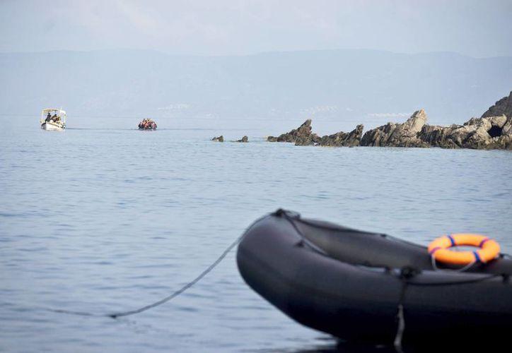 Vista de la llegada de los refugiados que provienen de Turquía a la isla de Lesbos, Grecia. En las últimas 24 horas murieron ahogados 6 niños inmigrantes. (EFE/Archivo)