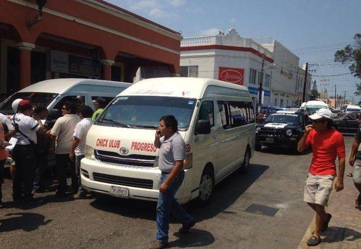 Conductores de combis de la ruta Chicxulub-Progreso protestan por el acoso que sufren por parte de las autoridades municipales de transporte público. (Gerardo Keb/Milenio Novedades)