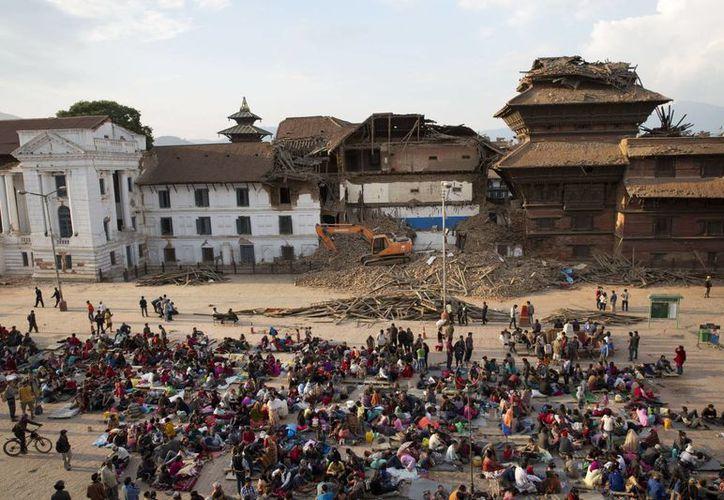 Numerosas personas ocupan un amplio espacio al aire libre en la Plaza de  Basantapur Durbar, en Kathmandu, Nepal, tras el sismo que mató a por lo menos 2,500 personas. (Foto: AP)