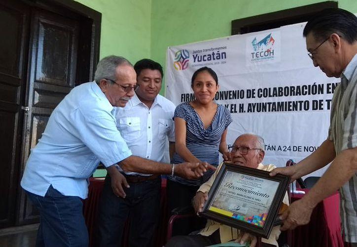 El titular del Indemaya, Eric Villanueva Mukul, otorgó reconocimiento a Marcelino Ic por contribuir con el enaltecimiento de la cultura maya.(Foto: Milenio Novedades)