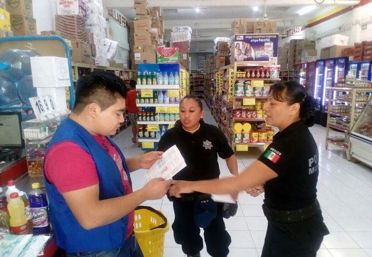 Policías municipales iniciaron la entrega de trípticos a la ciudadanía. (Raúl Balam/SIPSE)