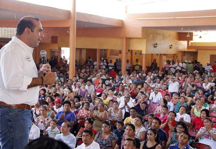 Felipe Cervera habla ante la estructura de promoción del voto priista en el V Distrito federal. (SIPSE)