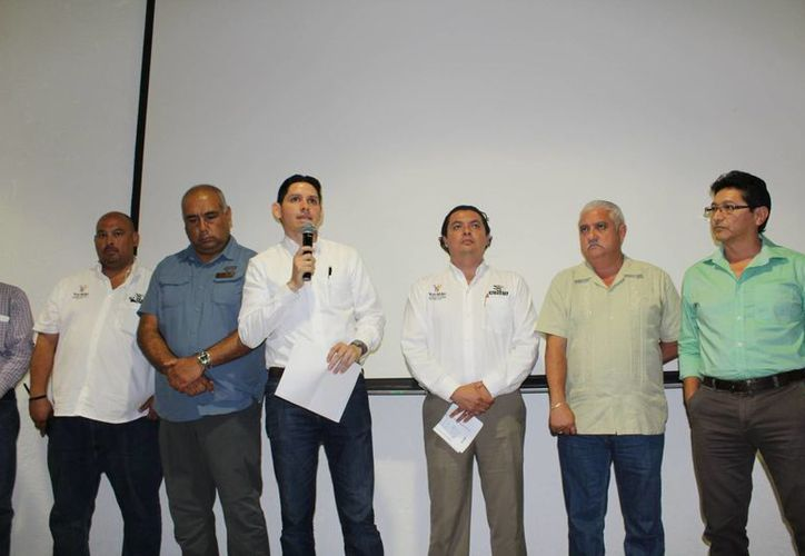 El director General del Patronato de las Unidades de Servicios Culturales y Turísticos (Cultur), Dafne López Martínez (con micrófono), durante el anuncio del inicio de cursos de actualización a guías de turistas en Chichén Itzá.  (Foto cortesía del Gobierno estatal)