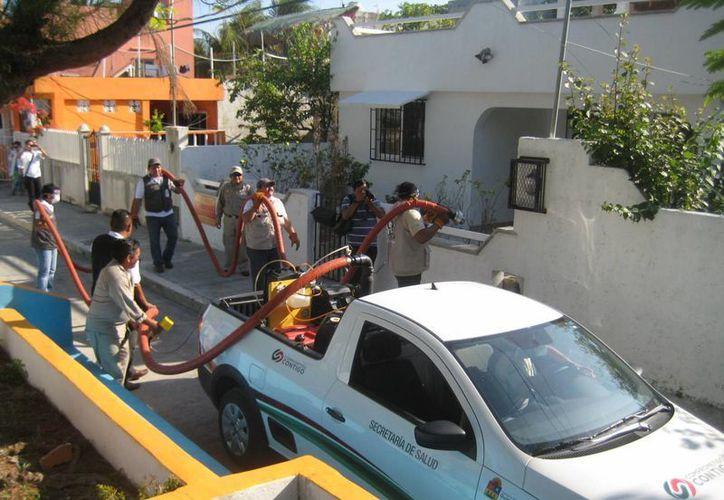 Personal de la Secretaría de Salud está atendiendo a la población de Isla Mujeres. (Redacción/SIPSE)