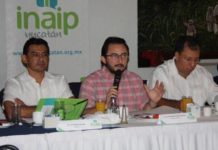 Acepta el consejero presidente del INAIP, Alvaro Traconis Flores (centro), que al organismo la falta mayor difusión (centro).