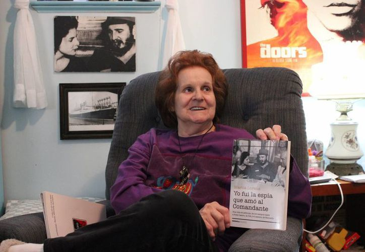 """Marita Lorenz, la primera amante que tuvo Fidel Castro cuando llegó al poder, muestra su libro su libro de memorias """"Yo fui la espía que amó al comandante"""". En 1960, la mujer quiso matar al líder de la Revolución Cubana. (EFE)"""