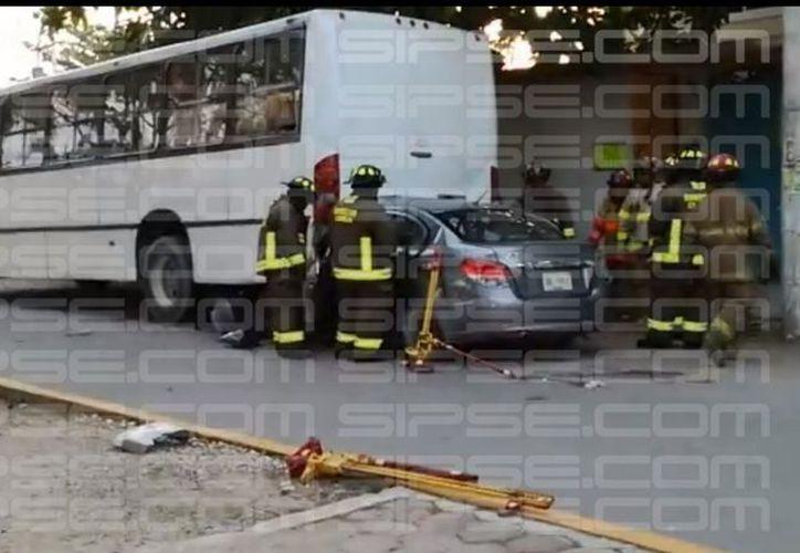 Por el impacto, el auto quedó bajo el camión de la ruta Bonfil. (Foto: Redacción)