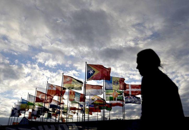 La ceremonia protocolaria de izamiento de las banderas es el preámbulo a la inauguración de los Juegos Olímpicos de Invierno. (Agencias)