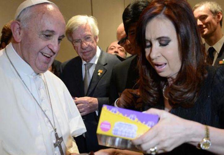 El Papa bendijo también unos rosarios a Fernández. (lacapital.com.ar)
