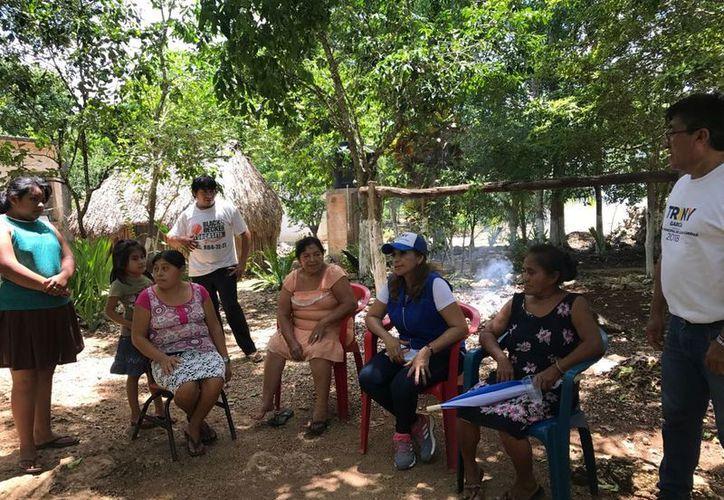La candidata del PAN, PRD y MC visitó la comunidad de Héroes de Nacozari. (Cortesía)
