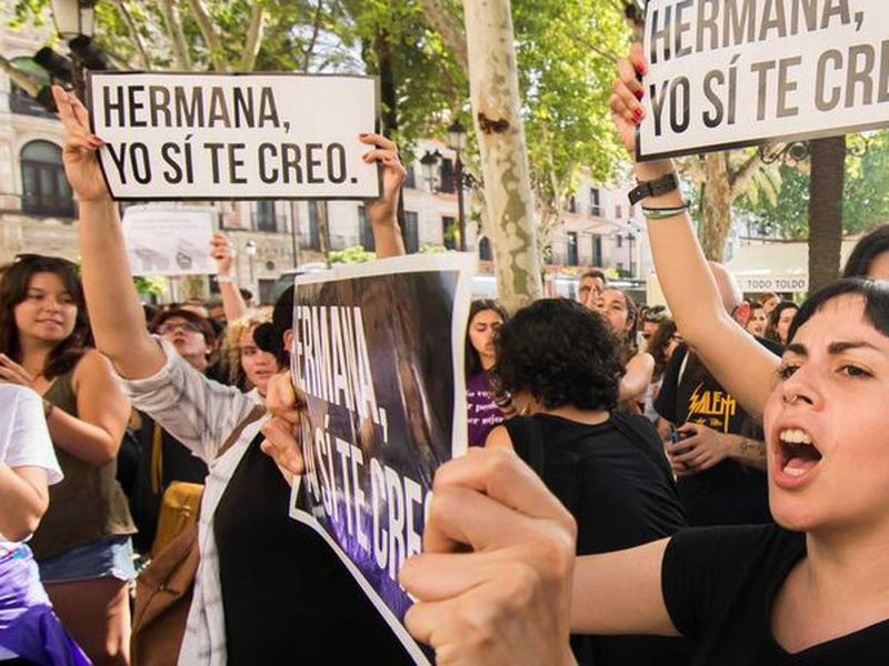 Women shout slogans during a protest outside the Justice Ministry in Madrid. (Internet)
