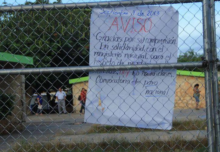 Maestros inconformes avisaron de su protesta con carteles. (José Acosta/SIPSE)