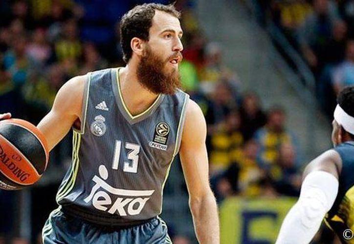 El Real Madrid de basquetbol (de gris), donde juega el mexicano Gustavo Ayón sigue con su mal arranque de temporada. Ahora perdió ante el Fenerbahce. (realmadrid.com)