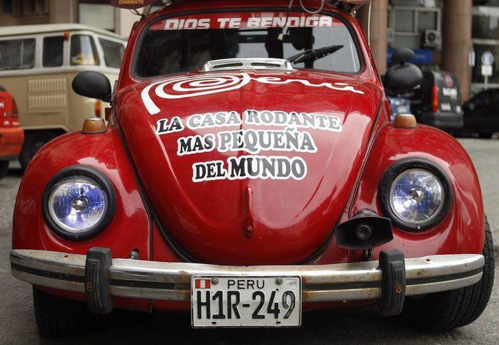 """Fotografía de un vehículo Volkswagen Fusca, considerado por sus dueños """"la casa rodante más pequeña del mundo"""", en Montevideo, capital uruguaya. La familia Miller quiere llegar a bordo de él hasta Washington, D.C. (EFE)"""