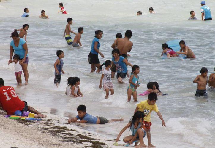 Las familias disfrutaron de las playas de Puerto Juárez. (Jesús Tijerina/SIPSE)