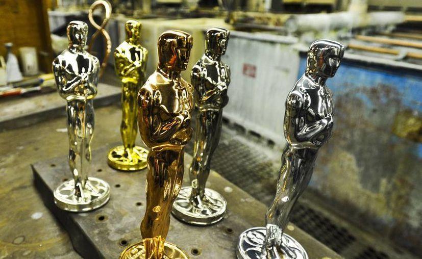 En la imagen, estatuillas del Oscar en sus diferentes etapas: britanio crudo, cobre, níquel, plata y oro. (EFE/Archivo)