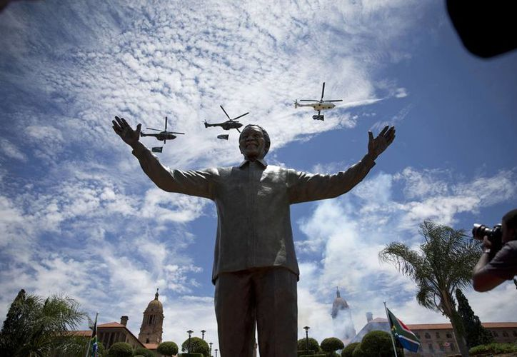 Develan una estatua de bronce de 9 metros del expresidente sudafricano Nelson Mandela en Pretoria. (Agencias)
