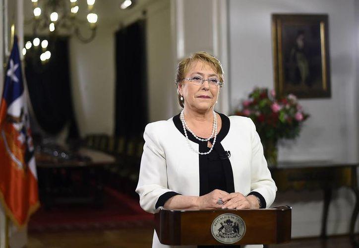 Michelle Bachelet no salió bien librada de los resultados de la encuesta que es considerada la más prestigiosa de Chile. (EFE)