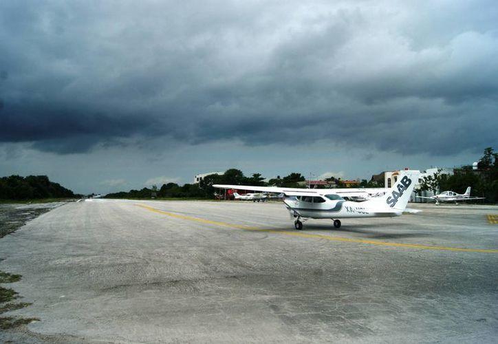 El empresario aeronáutico lamentó que ninguna autoridad le haya informado a la única empresa que opera en la actual pista aérea la remoción de dicha infraestructura. (Daniel Pacheco/SIPSE)