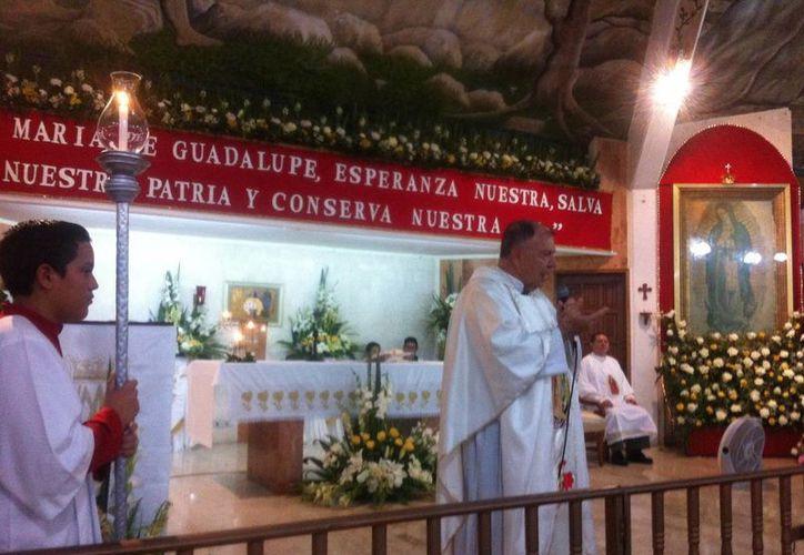 El párroco ofreció una misa antes a las mañanitas. (Pedro Olive/SIPSE)
