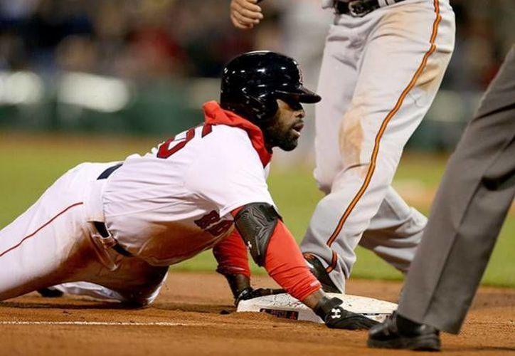 En la foto, Jackie Bradley llega quieto a la tercera base tras una revirada del pitcheo de Baltimore, en el partido celebrado este miércoles. (AP)
