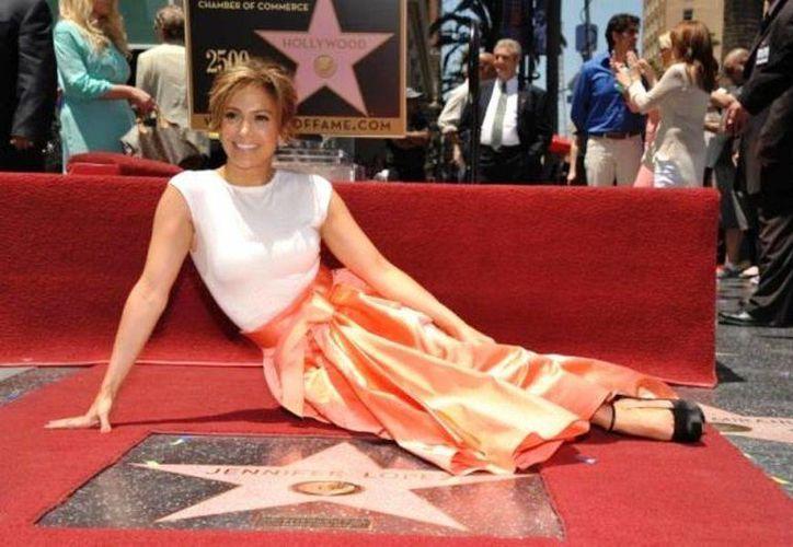 Jennifer López fue premiada con la estrella 2,500 en el paseo, en la categoría grabación. (Agencias)