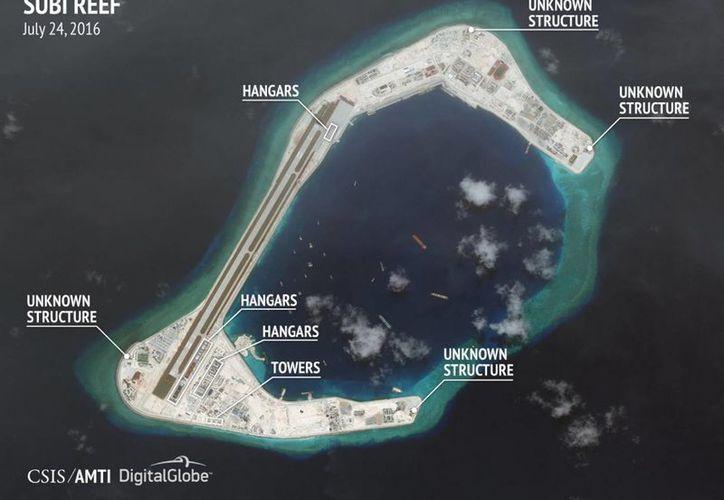 Una de las fotos tomadas por el CSIS, entre el 22 y el 24 de julio, sobre los arrecifes Fiery Cross, Subi y Mischief. (Notimex)