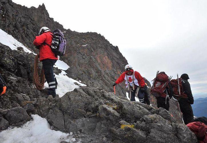 La Cruz Roja realizó la tarde de este domingo y lunes el rescate de los cuerpos de dos montañistas. Hasta el momento se desconoce sus nombres y nacionalidades. (Facebook: Cruz Roja)