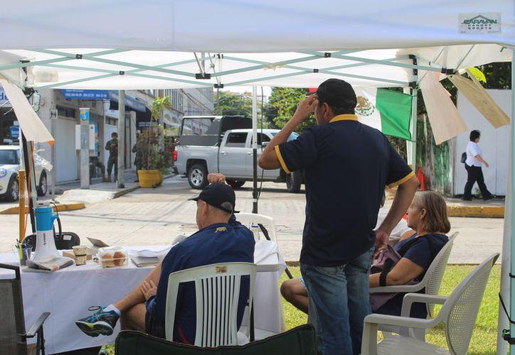Este sábado personal de la SEIDO informó a las personas que pueden pasar a recoger sus cajas con o sin amparo. (Foto: Jesús Tijerina/SIPSE)