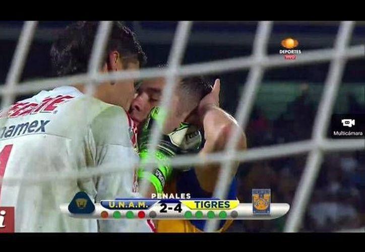 Los futbolistas Nahuel Guzmán e Israel Jiménez de Tigres celebraron cariñosamente el campeonato obtenido ante Pumas en la tanda de penales. En la foto, ambos jugadores se dan un polémico 'besito' al culminar el encuentro. (Foto:Twitter @sancadillaNorte)