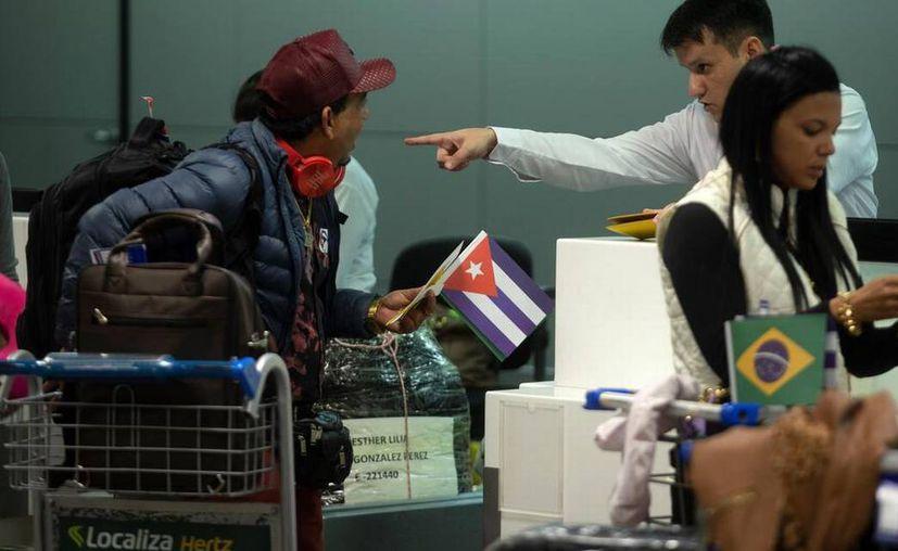 """Médicos cubanos que formaban parte del programa """"Más Médicos"""" dejan Brasil. (Foto: EFE)"""